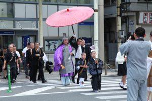 新しいご住職さんだ~! 番傘かっこいいね~♪